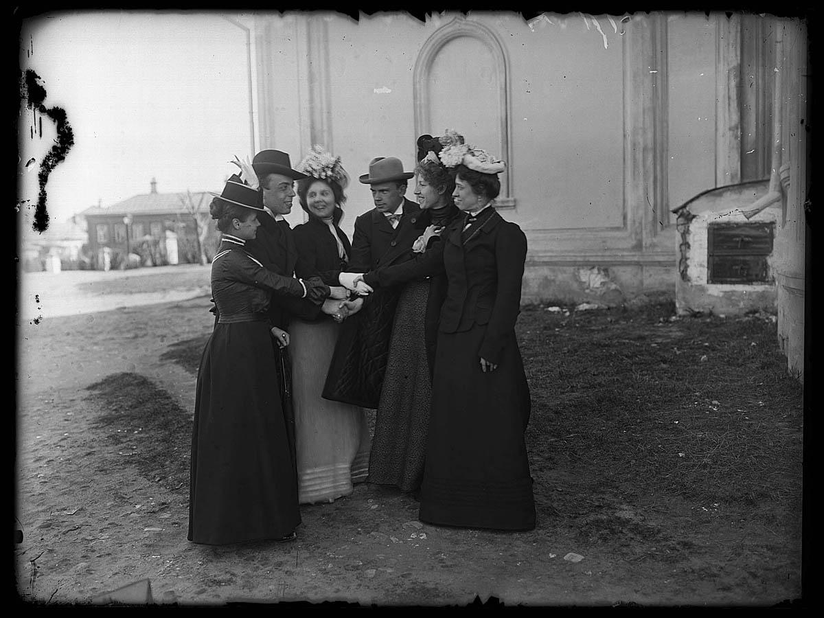 Михаил Иванович Комаров с выпускниками Музыкально-драматического училища во дворе церкви Введения близ Новинского вала. Около 1901 г