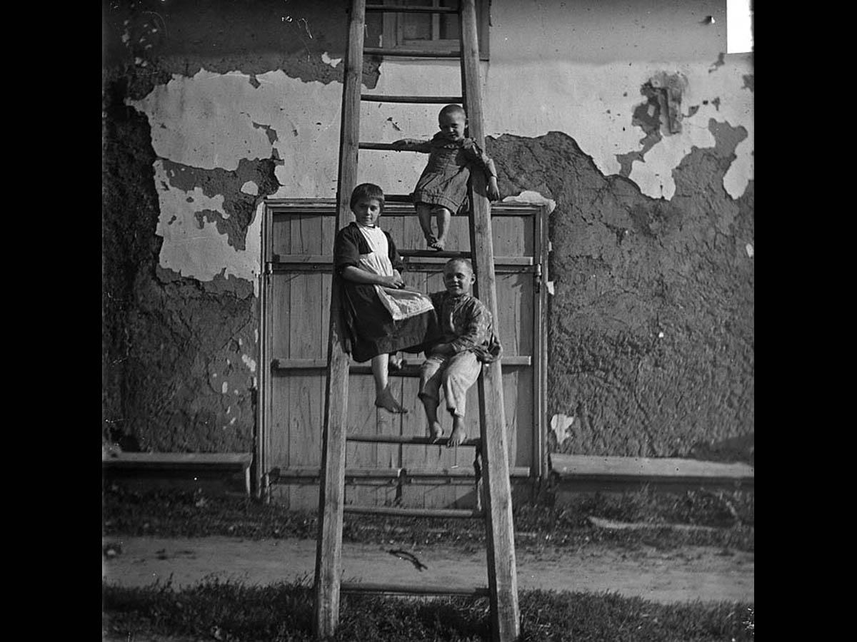 Дети на лестнице. Начало ХХ века. Архив семьи Ширай