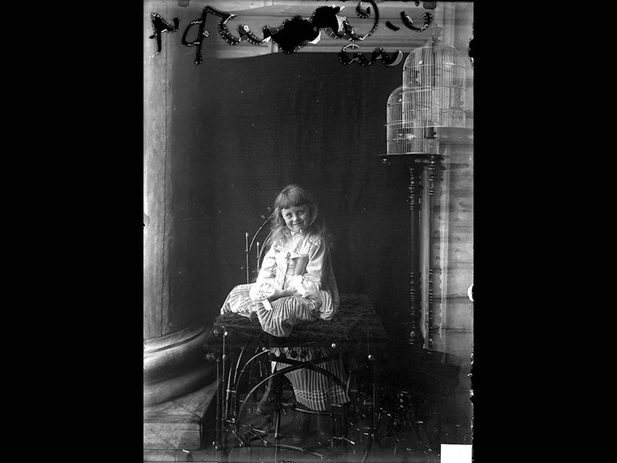 Портрет Ниночки Забугиной. Солова. Лето 1903 г. (Эффект случайного совмещения двух снимков). Архив семьи Ширай