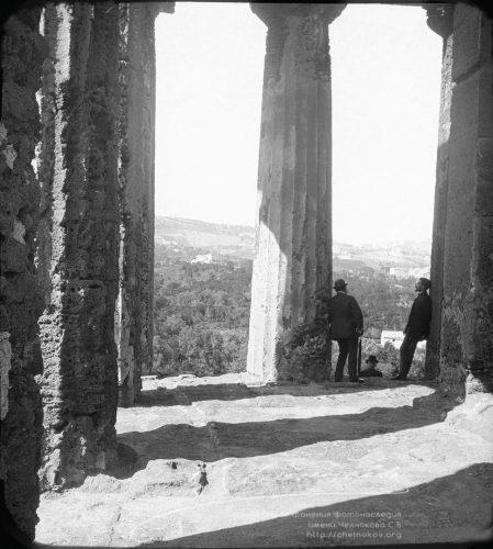 Разговор Мужчины в античном храме. ИталияGRES-R (Копировать)